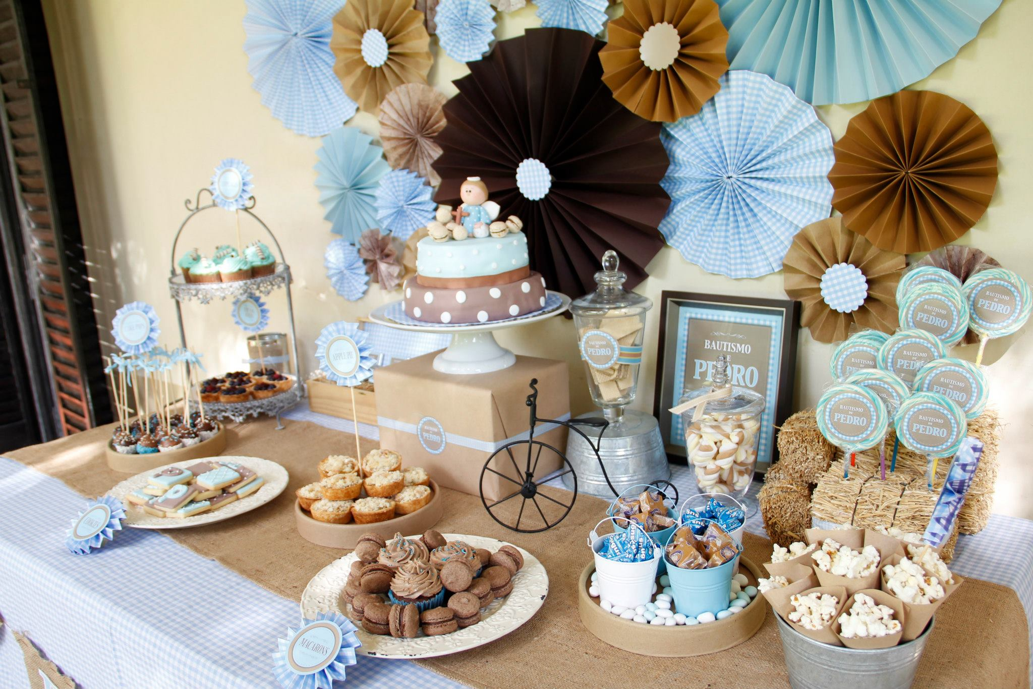 Cakes and co party planning styling bautismo de for Decoracion pared infantil